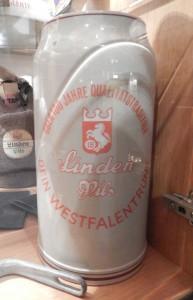 In Glasvitrinen werden die Sammlerstücke staubfrei präsentiert: hier ein alter Bierkrug.