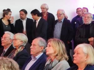 Wegbereiter, Wegbegleiter: Der frühere Leiter des Glaskastens Marl, Kunstexperte Uwe Rüth (ganz rechts), war auch gekommen. Ehrensache, meinte er.