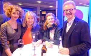 Der Vereinschef in lockerer Runde: Dr. Jochen Stemplewski mit Freundin Antje Nowodworski, Gabriele Liedke und einer Bekannten.