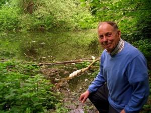 Umweltaktivist Karl-Heinz Albrecht an der Gräfte des ehemaigen Wasserschlosses Haus Heyde in Uelzen. Seit knapp 40 Jahren ist der Unnaer ein unermüdlicher Kämpfer für Kuckuck & Co. (Bild. Simone Melenk)
